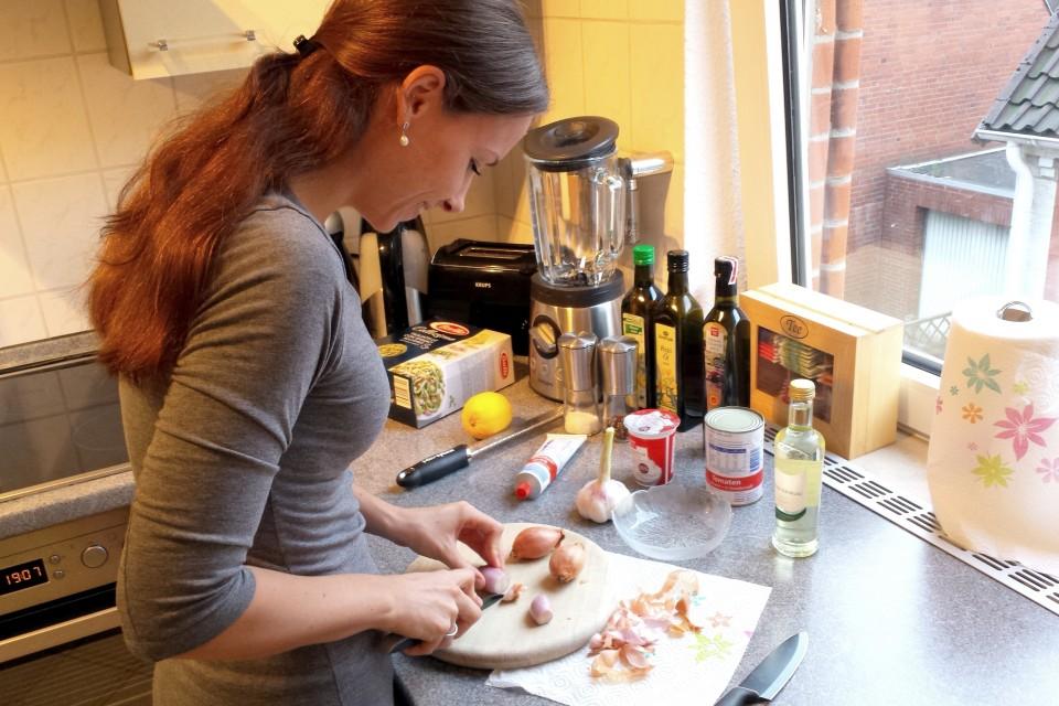 Sarah von minzblatt beim Kochen