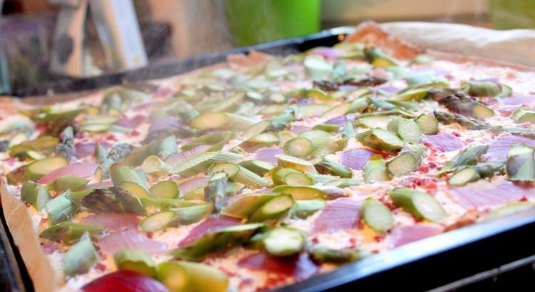 Dinkelvollkorn-Flammkuchen mit grünem Spargel