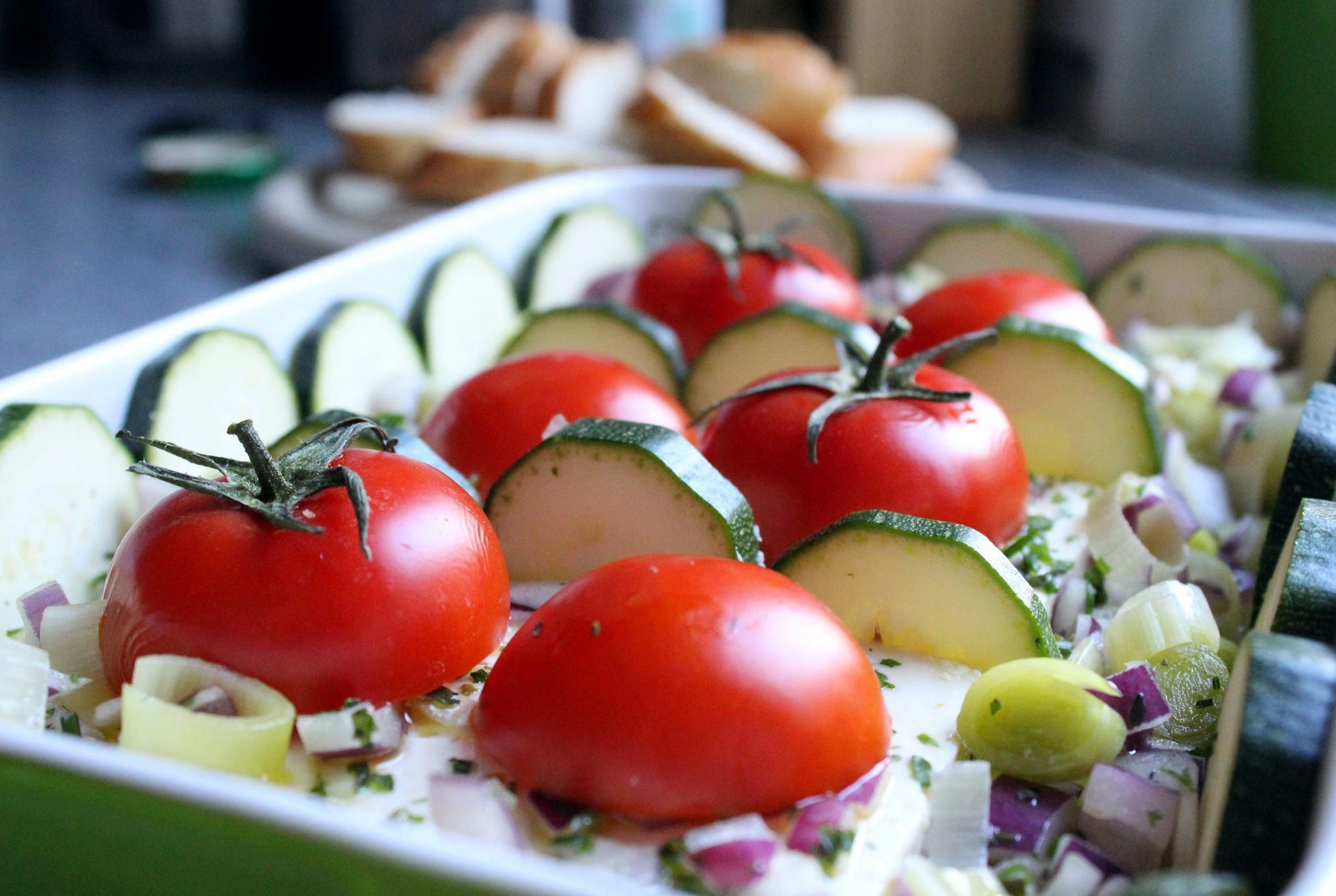 gebackener schafsk se mit zucchini und tomaten minzblatt. Black Bedroom Furniture Sets. Home Design Ideas