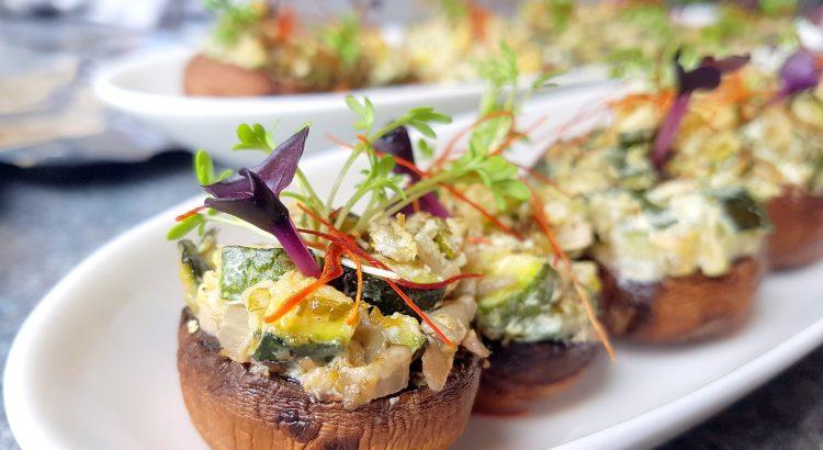 Bild von gefüllten Champignons mit Frischkäse-Zucchini-Creme, getoppt mit roter und grüner Kresse und Chilifäden